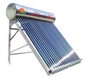 Thợ sửa máy nước nóng năng lượng mặt trời.