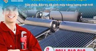 Thợ lắp đặt máy nước nóng năng lượng mặt trời